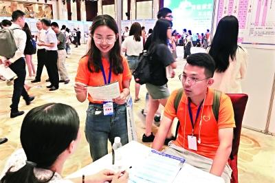 """台湾学生""""打飞的""""来武汉找工作"""