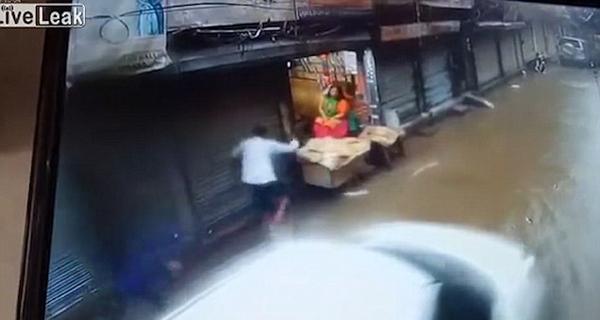 心寒!印男子漫水街道触电淹死 路人见死不救