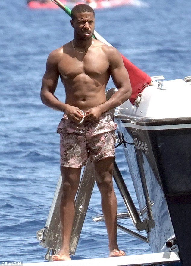 《黑豹》男星迈克尔•B•乔丹海边度假 完美身材引人注目