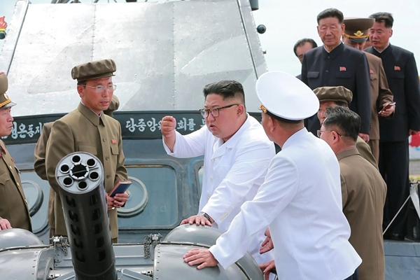 金正恩视察朝鲜新造战舰 亲自体验海上试航
