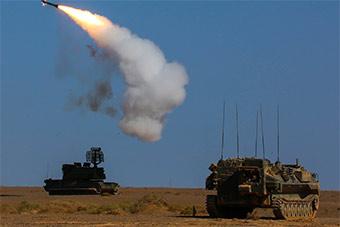 道尔防空系统大漠中演练空中打击能力