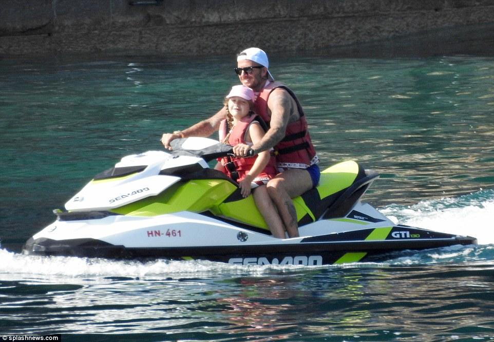 贝克汉姆携家人海边度假 腹肌霸道不输当年