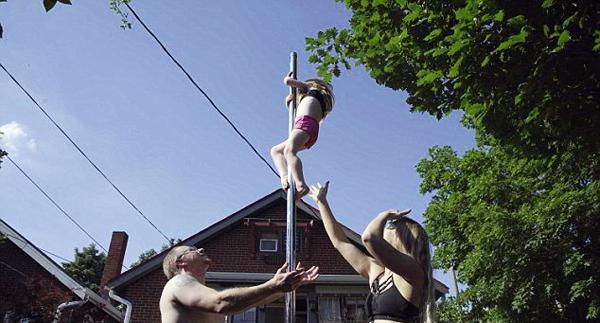 美钢管舞者夫妇不惧他人眼光教孩子学习钢管舞