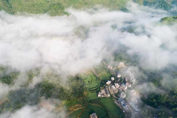 贵州布依族村寨 晨雾中俯瞰美如仙境