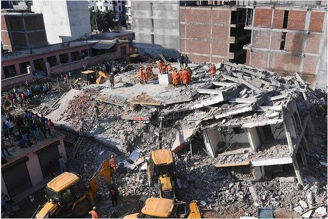 印度在建大楼倒塌压垮相邻楼房 已致两人死亡
