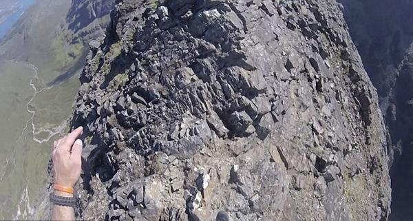 英国冒险家漫步山巅 淡定面对两侧悬崖