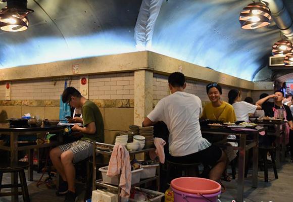 重庆高温天气持续 民众防空洞内吃火锅消暑