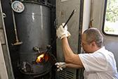 图片故事:三伏天绿皮火车锅炉工的一天