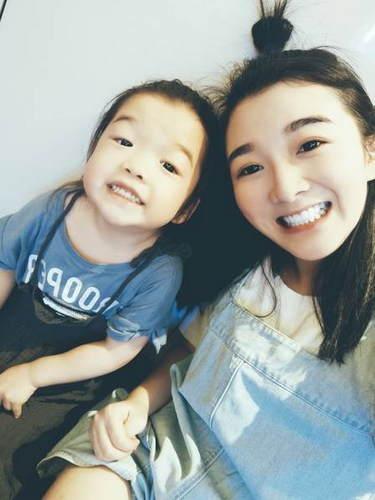 王栎鑫老婆与女儿搞怪自拍 基因强大萌宝超像爸爸