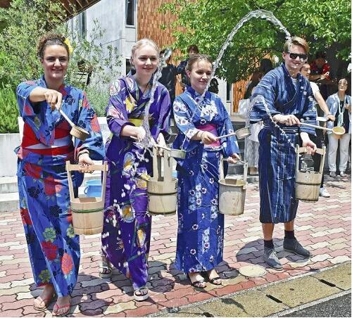 日本持续高温 外国留学生体验洒水获清凉