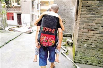 重庆五旬教员改进婴儿背带 背着老岳父看天下