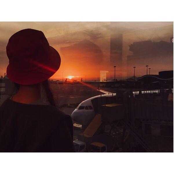 倪妮背对镜头看夕阳露微笑