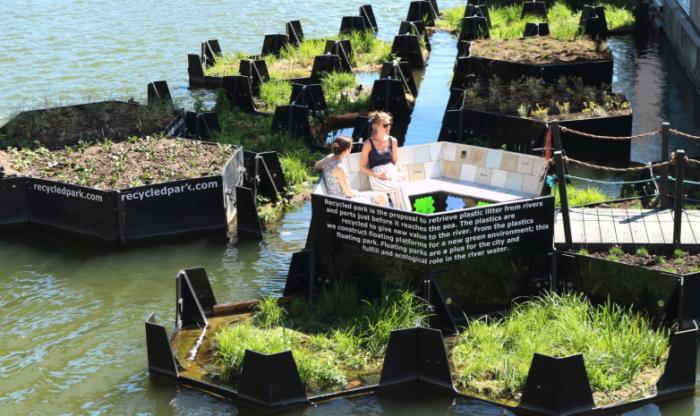 活动家发挥创意 将河流中垃圾变成一个漂浮公园