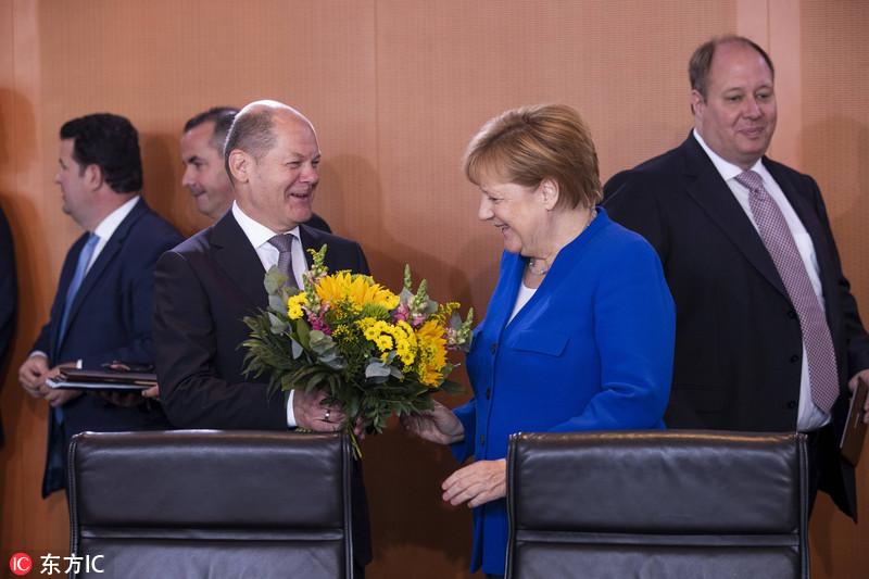 默克尔出席内阁会议 获财长送花庆生