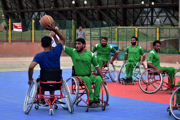 轮椅上的篮球梦 印度斯利那加残疾人篮球夏令营
