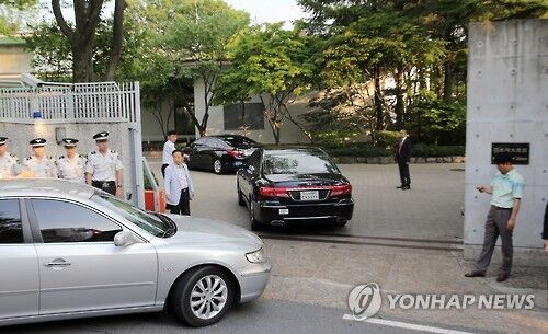 韩国一民间团体代表向日本驻韩大使官邸扔鸡蛋被罚