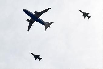 最高礼遇!克罗地亚米格21战机护送足球队回国