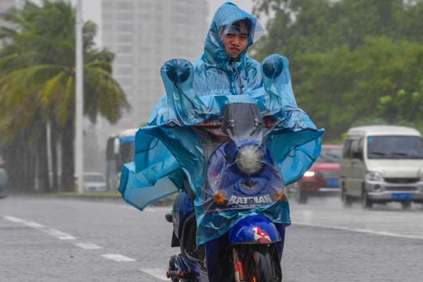"""台风""""山神""""登陆海南 琼岛大部出现大到暴雨"""