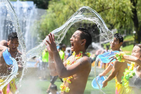 湖南连续4天拉响高温预警 民众泼水消暑