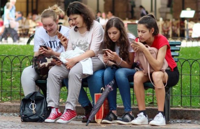 研究发现常使用电子设备的青少年容易出现多动症症状