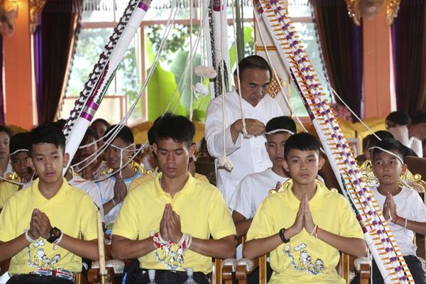 泰国少年足球队参加拜佛仪式 祭奠牺牲潜水员