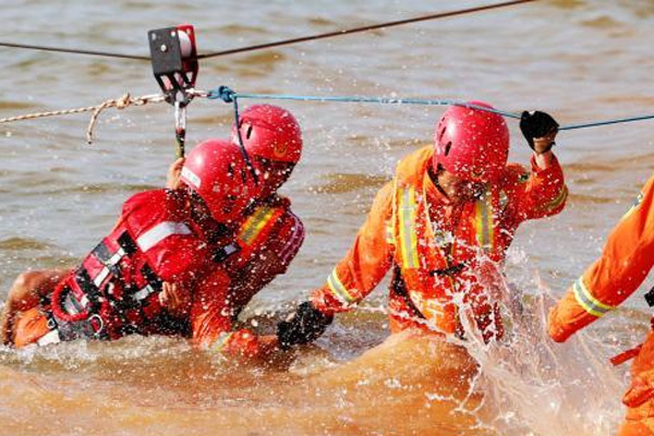 湖北举行近年最大规模抗洪抢险演练