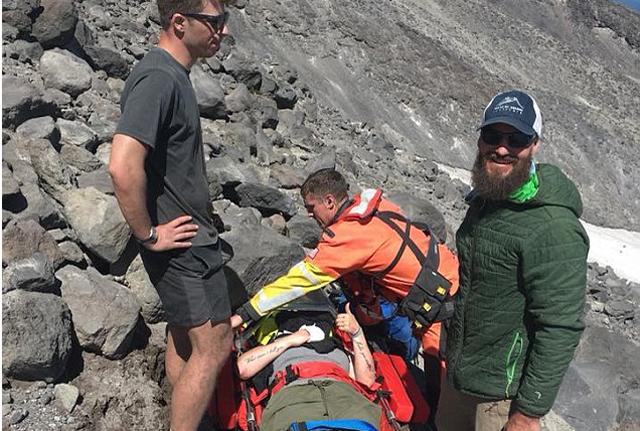 美国登山者失足摔下火山幸存 宠物狗暖心陪伴
