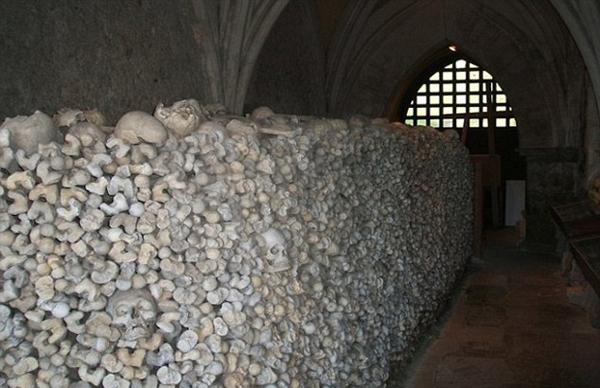 丧心病狂!英小偷盗走教堂所收藏21个头骨
