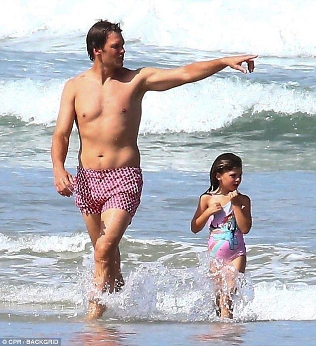 汤姆?布雷迪再现海滩度假 不惧外界指责身材走样