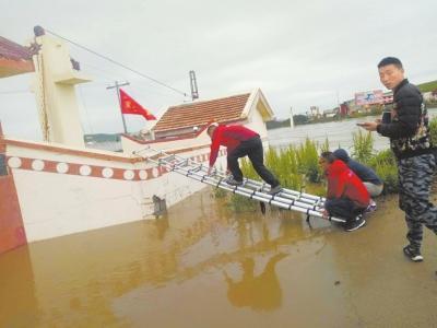 """他们是和洪水""""赛跑""""的人"""