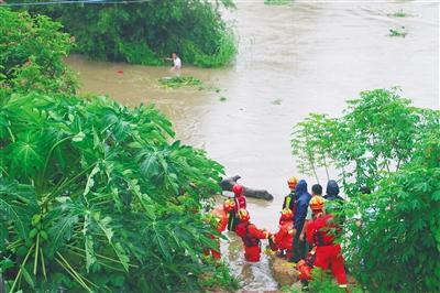 男子钓鱼被山洪困在河中