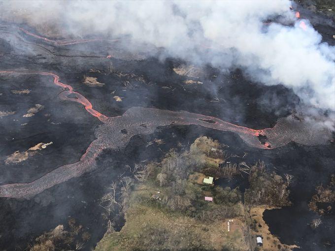 夏威夷火山熔岩将一艘观光船顶棚砸穿 网友:用生命在观光