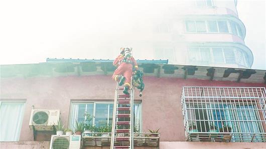 消防官兵火场背出7人中暑 居民自发摇扇降温(图)