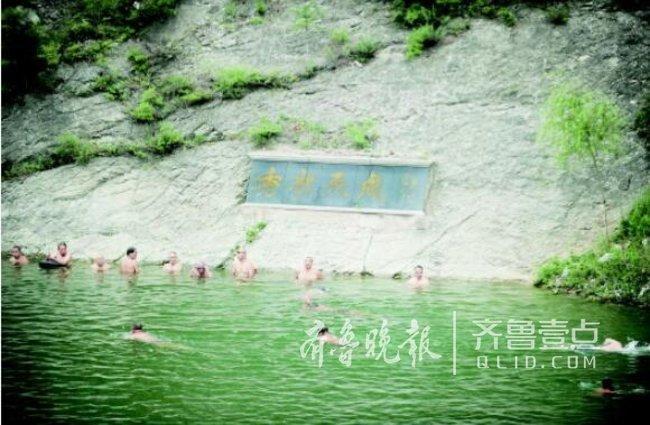 小伙夜游砚池溺亡 遗体打捞现场仍有人游泳