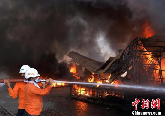 巴基斯坦一集市发生火灾 过百家商店被烧毁