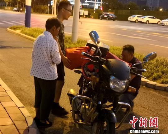 三伏天74岁老人步行11小时只为给儿子送菜吃(图)