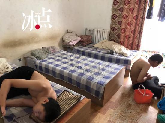 中国最孤独家庭:单亲父亲带孤独症三胞胎挣扎求生