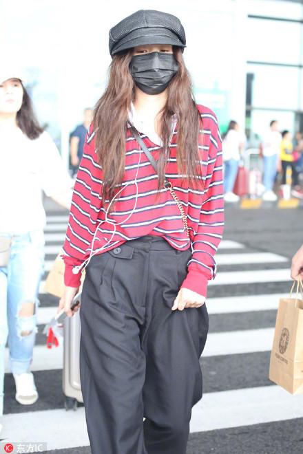 宋祖儿大夏天裹成粽子现身机场,她的手机壳亮了!