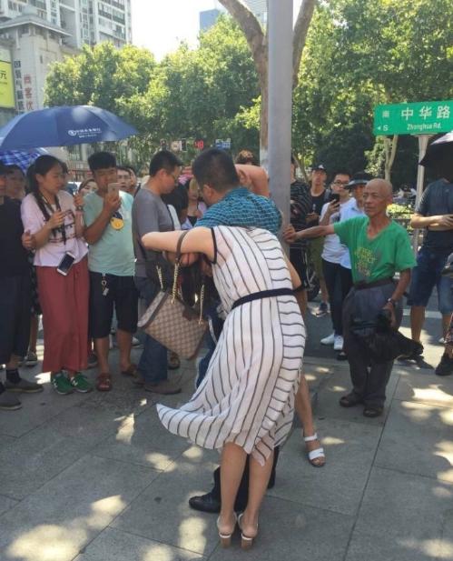 """南京街头上演抓""""小三""""大战 假离婚变真离婚"""