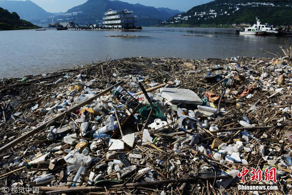 洪峰过后 三峡库区每天清理1500吨漂浮垃圾