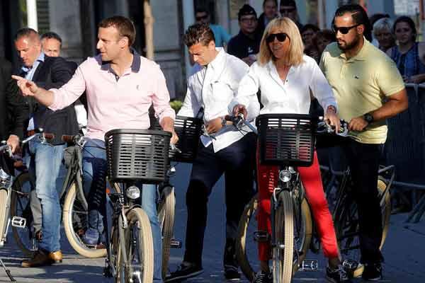 法总统马克龙夫妇休闲装扮骑自行车出行 引吃瓜群众围观