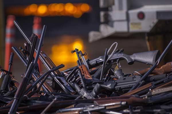 美国加州集中销毁3500支枪 场面壮观