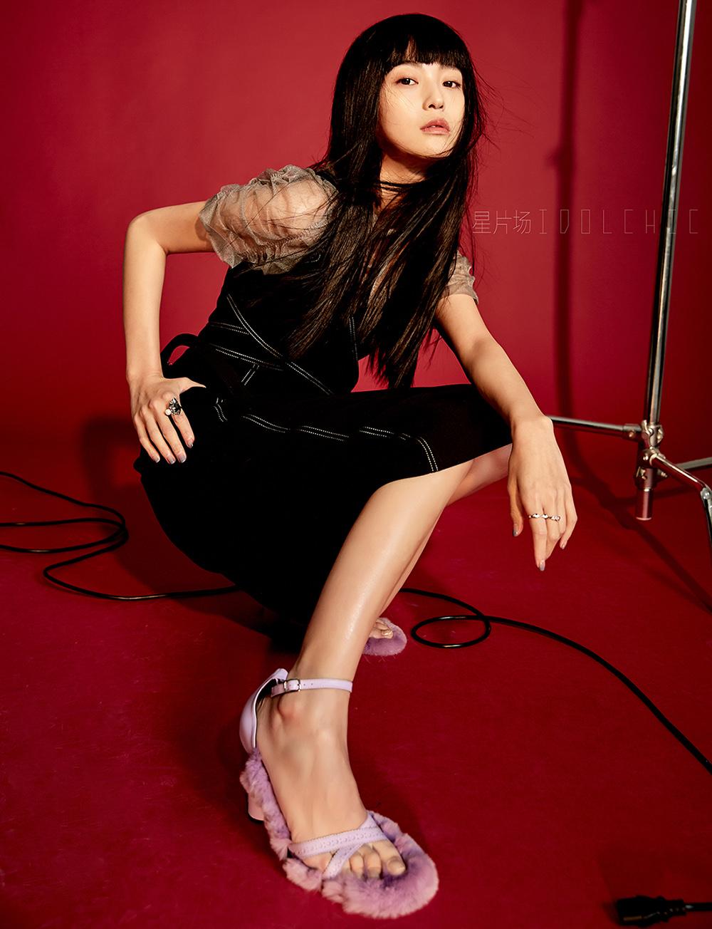 王妍之曝个性复古写真 气质冷艳展前卫时尚感