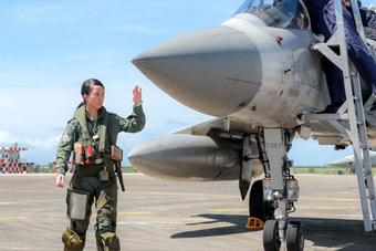 台湾为三款主力战斗机配女飞行员 首次同台亮相