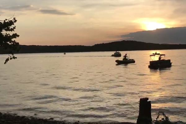 美国密苏里州发生观光船倾覆事故