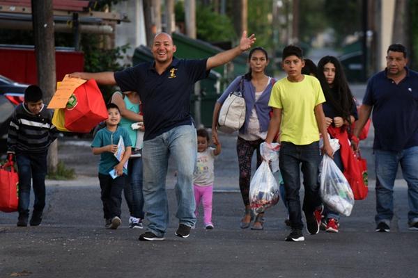 美墨边境移民纪实:拖家带口睡高架桥等待入境
