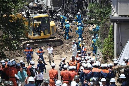 日本暴雨灾区持续高温 自卫队部分救灾队员破例换上短袖