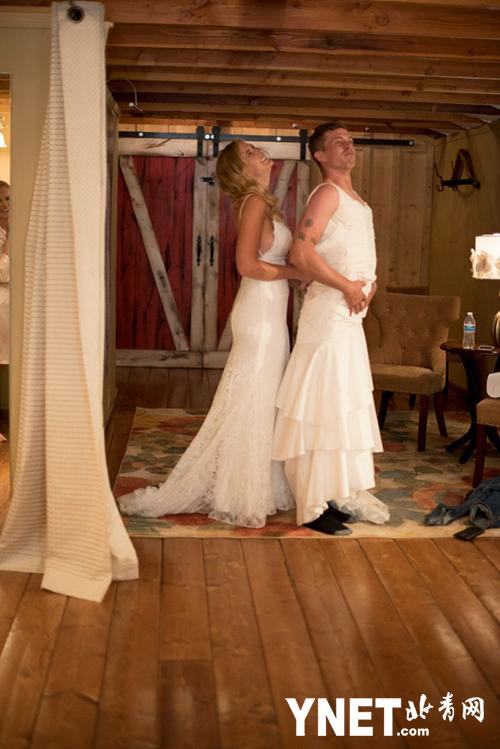 为安慰过渡紧张的新郎 新娘让哥哥穿上婚纱代替自己拍照