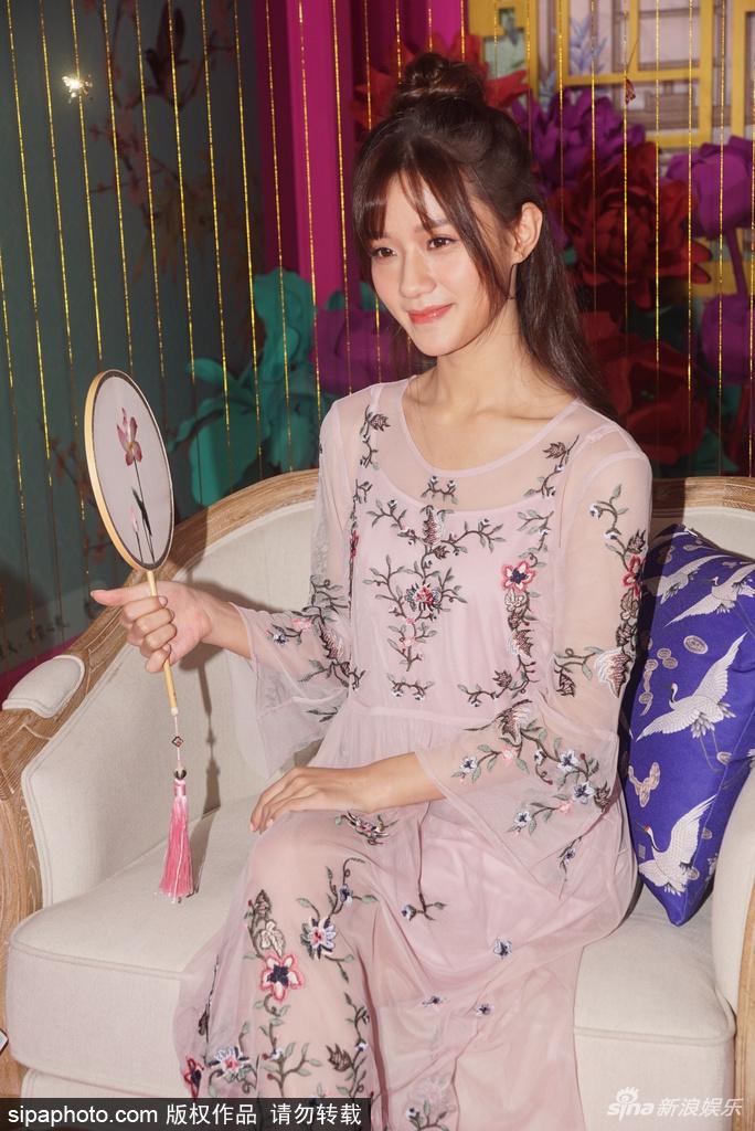 组图:陈意涵身着浅色纱裙出席活动 身材瘦削气质温婉动人