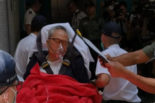 香港前特首曾荫权听完判决结果 突感不适被救护车送医